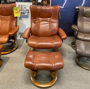 (L) Wing Chair/Classic Base & Ottoman